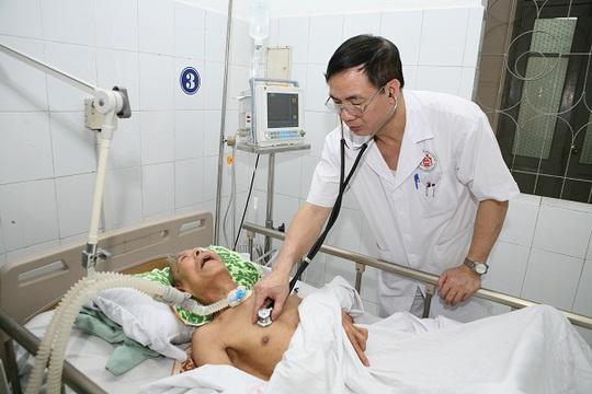 PGS.TS. Nguyễn Đình Tiến đang khám cho bệnh nhân ung thư phổi.