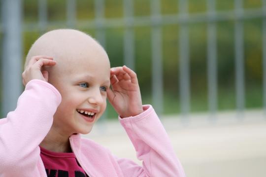 Nụ cười của một em bé đang bị bệnh ung thư máu hành hạ.