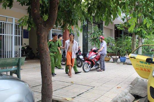 Nghi can trộm xe máy(áo trắng, quần vàng) bị đưa về đồn công an