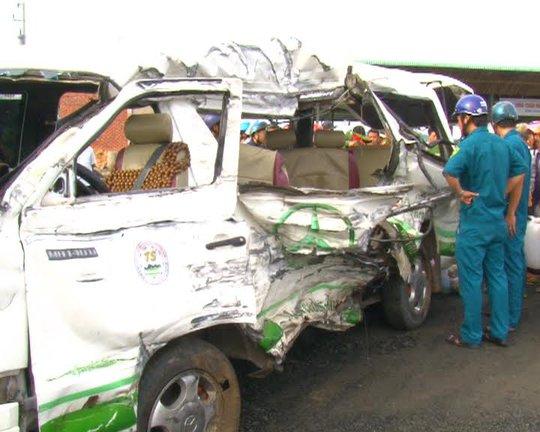 Tại hiện trường, chiếc xe khách 16 chỗ bị móp méo phần hông. Tất cả các nạn nhân đang điều trị đều ngụ tại tỉnh Bình Thuận