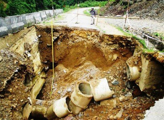 Hố tử thần khổng lồ nuốt chửng tuyến Quốc lộ 16 tại Thanh Hóa