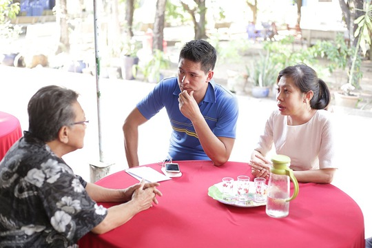 Bình Minh cùng đại diện Vietcom Film trò chuyện với đại diện Viện dưỡng lão nghệ sĩ