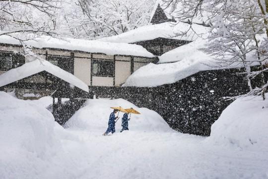 Vào mùa đông, Tsurunoyu nhìn như một bức tranh đen - trắng. Ảnh: Steve McCurry