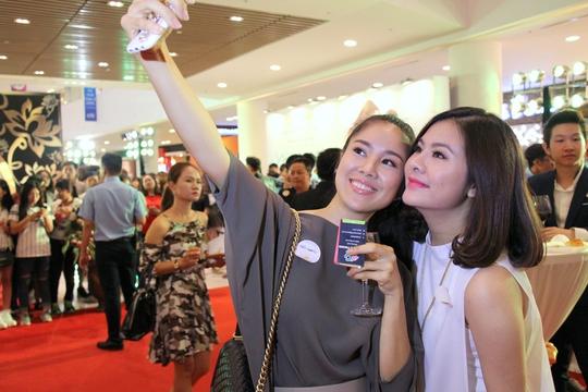 Vân Trang- Lê Phương đến chúc mừng đồng nghiệp trong buổi chiếu ra mắt phim