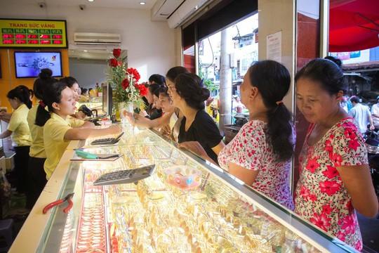 Giá vàng biến động bất thường nhưng người dân vẫn ít quan tâm đến vàng miếng mà chủ yếu mua sắm vàng nữ trang. Ảnh: Hoàng Triều