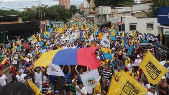 Nhiều người phản đối chính quyền Tổng thống Nicolas Maduro tuần hành ở thủ đô Caracas hôm 1-9 Ảnh: EFE