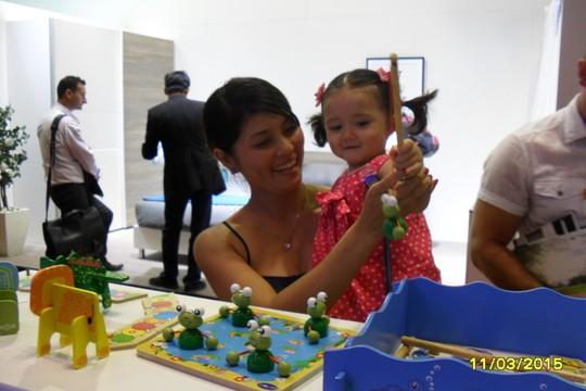 Khách hàng thích thú thử sản phẩm đồ chơi của công ty gỗ Đức Thành tại Hội chợ Vifa Expo 2015