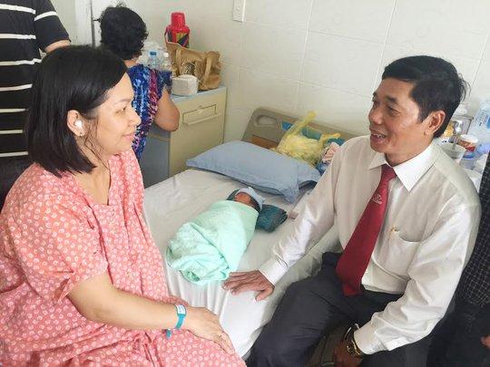 Ông Nguyễn Hữu Dũng, Chủ tịch Công đoàn Vinasun, thăm hỏi chị Mến