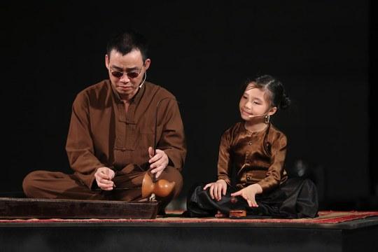 Bé Hương Giang lúc tập luyện tiết mục xẩm Mục hạ vô nhân trước đêm bán kết 2