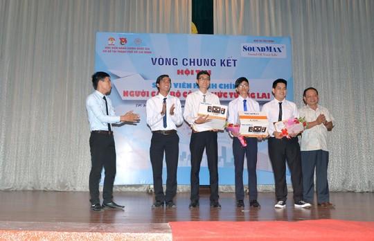 Ông Ngô Nguyễn Thế Dương (ngoài cùng bên trái) đại diện SoundMax trao giải cho các Bộ trưởng giả định