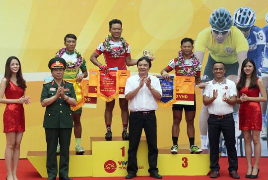 Lê Văn Duẩn và em trai Lê Nguyệt Minh (VUS TP HCM) cùng Nguyễn Thành Tâm (Gạo Hạt Ngọc trời An Giang) thắng chặng cuối