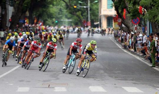 Hơn 10.000 người dân đã ra khu vực Hồ Hoàn kiếm để xem đoàn đua