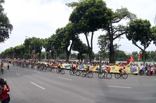 Không khí đầu thu Hà Nội nóng lên cùng những vòng bánh xe của các tay đua