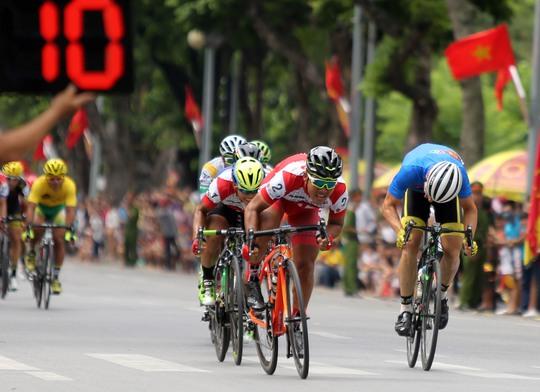 Cú nước rút của Lê Văn Duẩn trước đối thủ của mình. Về nhất 2 sprint và nhất đích, Lê Văn Duẩn đã đoạt Áo xanh chung cuộc