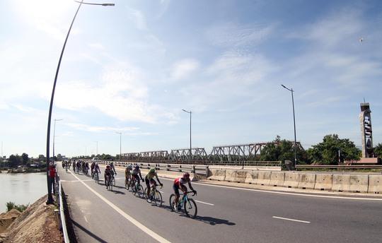 Đoàn đua qua cầu Hiền Lương