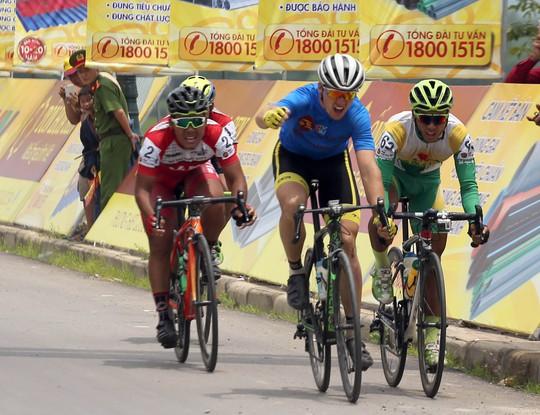 Jos Koop (BICT-Lào) lấy luôn 2 áo vàng - xanh