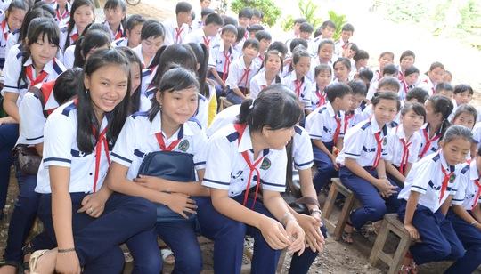 Nhiều học sinh cảm thấy phấn khởi vì đã được cha mẹ sắm cho bồ đồng phục mới để dự lễ khai giảng.
