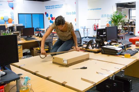 Trước tiên là dành riêng 1 bàn để máy tính làm nơi trồng cây và dán bìa cát tông lên để tránh bụi bẩn.