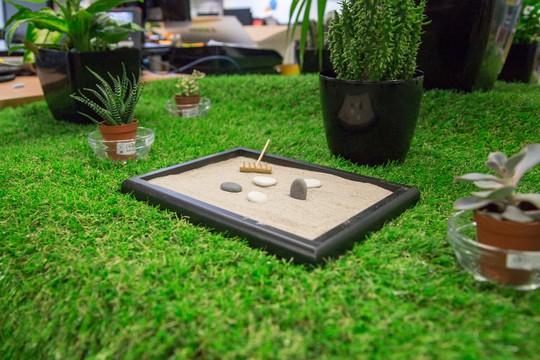 Bạn cũng có thể bỏ thêm đồ trang trí nhỏ xinh tạo thêm vẻ tươi mới cho phòng làm việc.