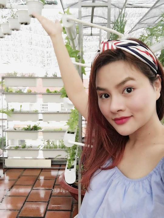 Vườn rau trên sân thượng xanh mướt của siêu mẫu Vũ Thu Phương