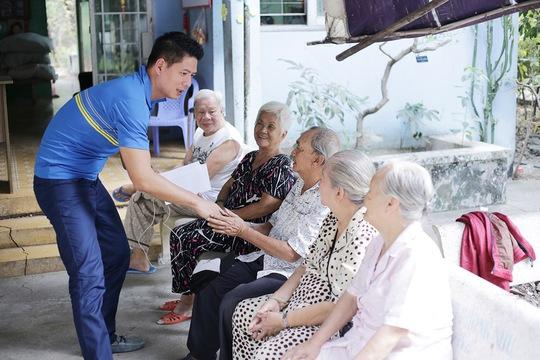 Bình Minh thăm hỏi và tặng quà các nghệ sĩ lão thành