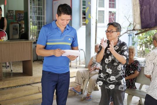 Bình Minh tặng quà Tết cho nghệ sĩ lão thành