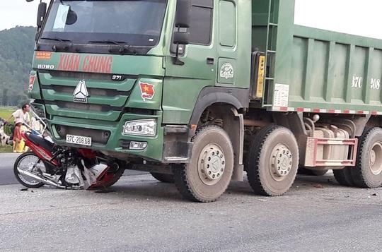 Xe máy của nạn nhân kẹt ở gầm xe hổ vồ trong vụ tai nạn khiến 1 cụ ông 73 tuổi tử vong