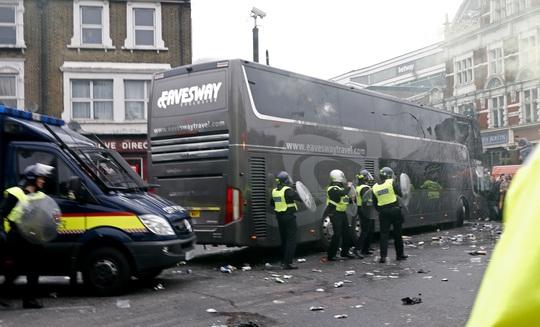 Xe buýt của Quỷ đỏ bị CĐV West Ham tấn công bằng vỏ bia, gạch đá