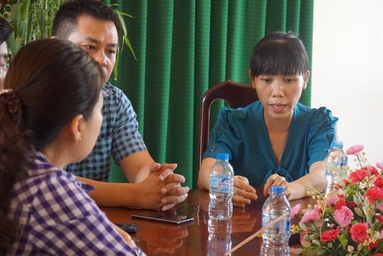 Bà Nguyễn Thị Ánh Ngọc (áo xanh) tại buổi làm việc với các cơ quan chức năng ngày 24-4