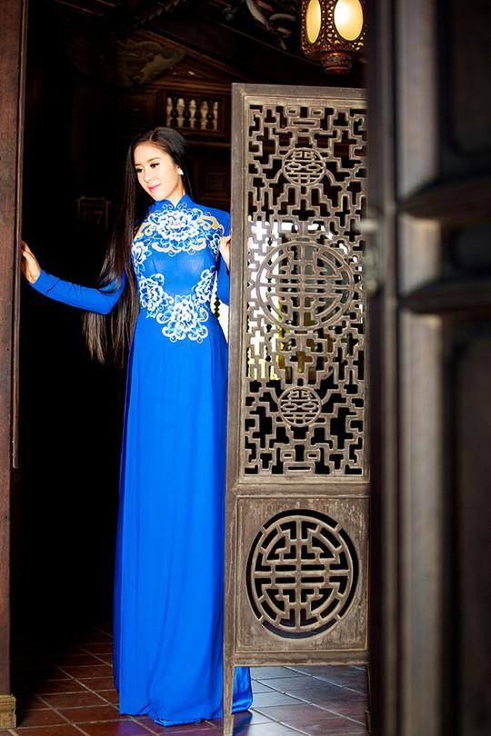Lê Phương nền nã và đằm thắm trong bộ áo dài của NTK Minh Châu