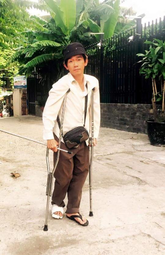 Ca sĩ Minh Thuận trong môt bộ phim mà anh tham gia với vai diễn bị tai nạn