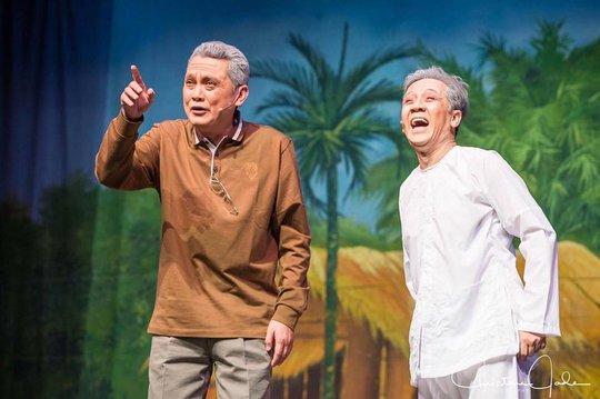 Lớp diễn này khán giả kiều bào xa quê hương đã rất xúc động trước tài năng diễn xuất của NSƯT Hữu Châu và Thành Lộc trong vở Dạ cổ hoài lang
