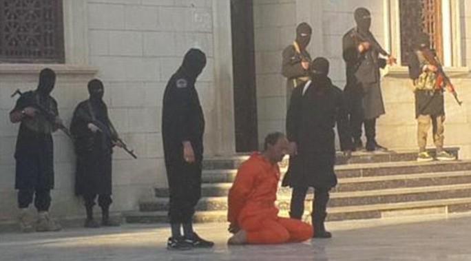 Binh sĩ Abdulnabi Shurgawi bị hành quyết bên ngoài một thánh đường Hồi giáo ở Libya. Ảnh: Daily Mail