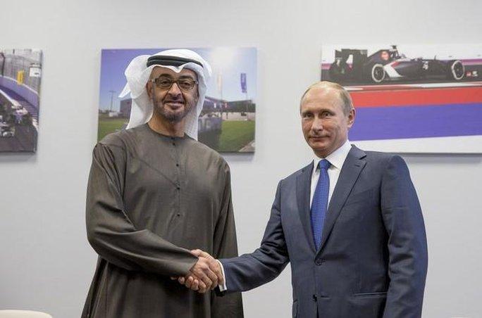 ...và Hoàng thân Mohammed bin Zayed Al Nahyan của UAE hôm 11-10. Ảnh: Reuters