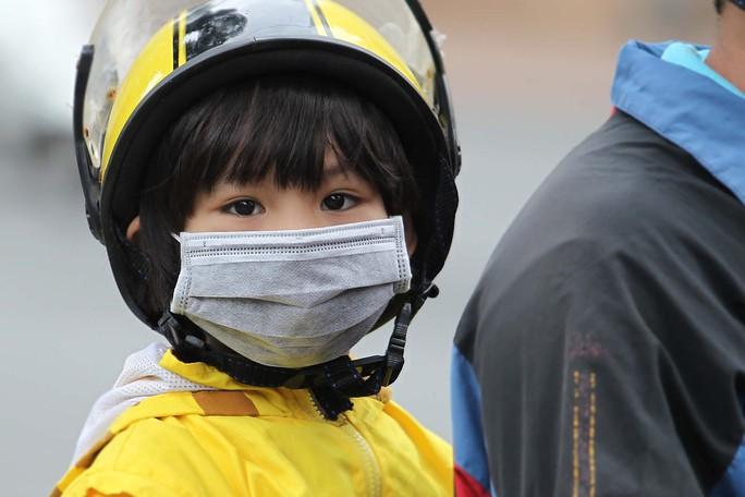 Nhiều phụ huynh đã bắt đầu mặc áo, quàng khăn giữ ấm cho trẻ khi ra đường. Chị Dung (Q1, TP.HCM) cho biết:  Thời tiết lạnh như mấy ngày nay dễ làm các cháu bị cảm lạnh, nên phải giữ ấm cho các bé khi ra đường