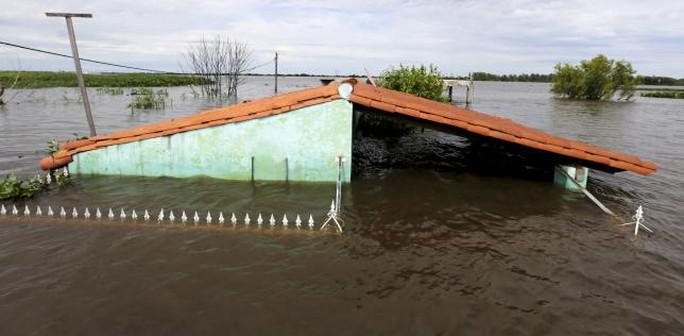Thủ đô Asuncion của Paraguay nhiều nơi bị ngập nặng. Ảnh: Reuters