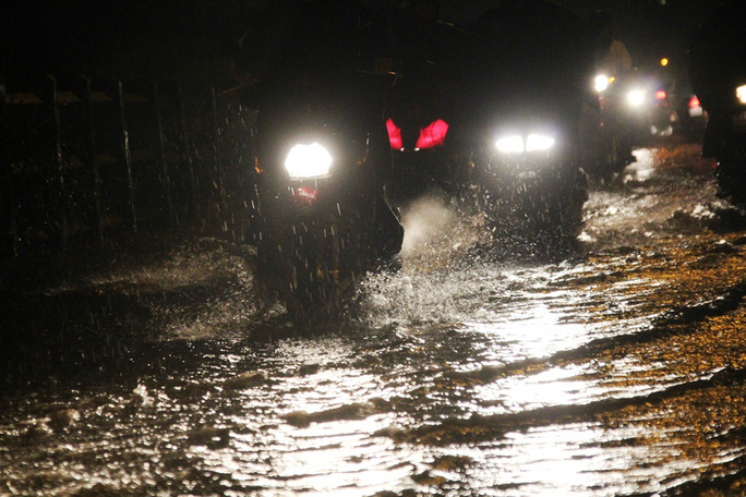 Hàng loạt tuyến hẻm thuộc địa bàn quận Bình Thạnh bị ngập khoảng 30 cm. Giờ tan tầm, người dân phải bì bõm lưu thông trong bóng tối