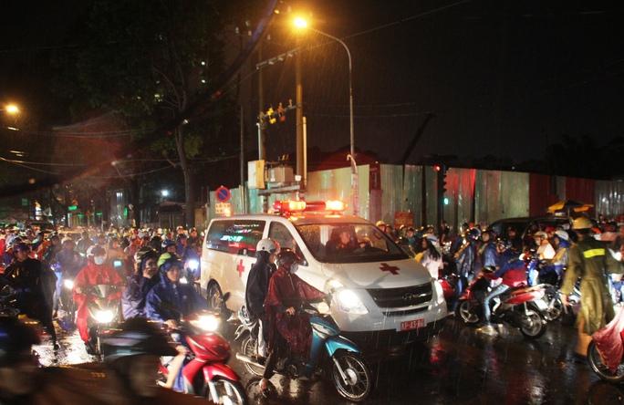 Thậm chí xe cứu thương cũng phải hụ còi trong tuyệt vọng tại giao lộ Út Tịch - Nguyễn Thái Bình (phường 14, quận Tân Bình)