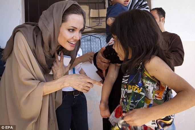 Gặp nhiều gia đình, trẻ em trại tị nạn