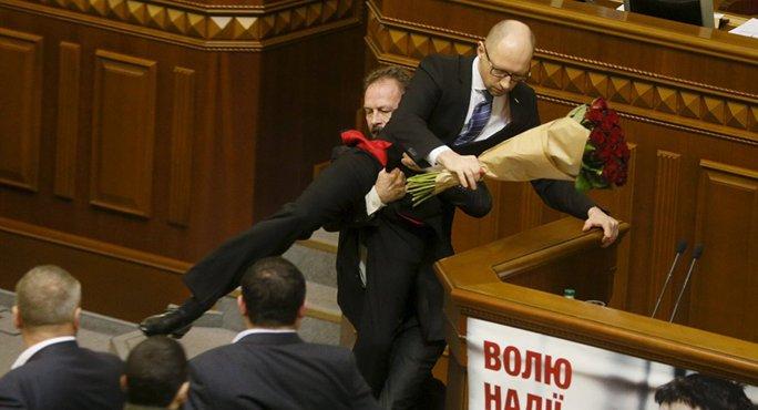 Nghị sĩ đối lập Oleg Barna nhấc bổng Thủ tướng Arseniy Yatsenyuk. Ảnh: Reuters