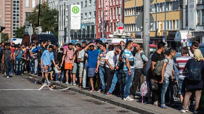 Người di cư chờ lên tàu tại trung tâm TP Munich - Đức. Ảnh: Finacial Times