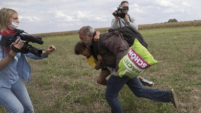 Bà Petra Lazlo (trái) quay người đàn ông bế đứa con chạy qua. Ảnh: News.com.au