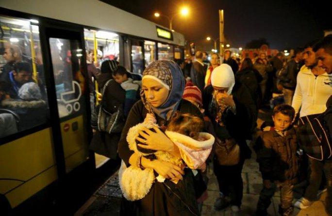 Người tị nạn Syria tại Áo lên tàu đến Berlin - Đức hôm 11-9. Ảnh: Reuters