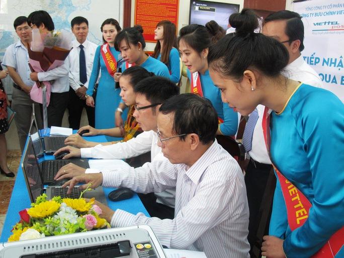 Người dân đăng ký lý lịch tư pháp trực tuyến tại Sở Tư pháp TP HCM, sáng 18-9