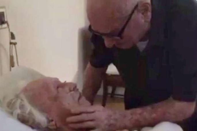 Ông Howard hát với bà Laura bài hát kỷ niệm Youll Never Know. Ảnh: Reuters