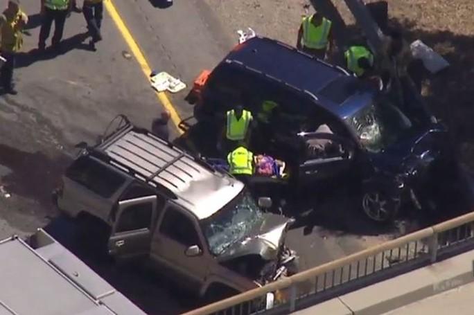 Hiện trường vụ tai nạn sau khi xe của Johnson tông vào một chiếc xe khác. Ảnh: ABC