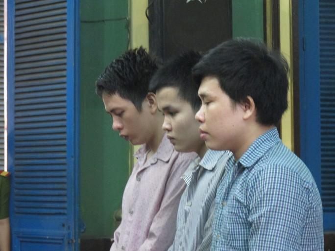 """Bị cáo Sầm Bình Định (bìa trái) lãnh án 20 năm tù về tội """"Giết người"""""""