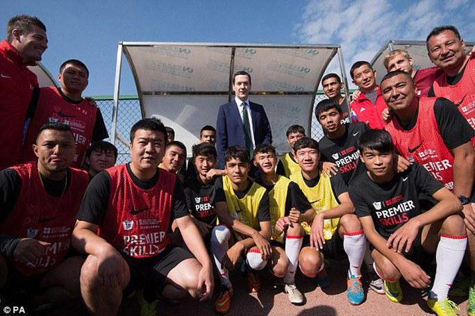 Bộ trưởng Osborne gặp các cầu thủ trẻ tại trường đào tạo bóng đá Soong Ching Ling. Ảnh: PA