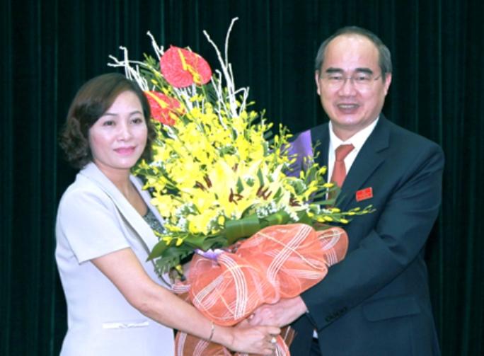 Bà Nguyễn Thị Thanh nhận hoa chúc mừng của Chủ tịch Ủy ban Trung ương MTTQ Việt Nam Nguyễn Thiện Nhân - Ảnh: Báo Ninh Bình