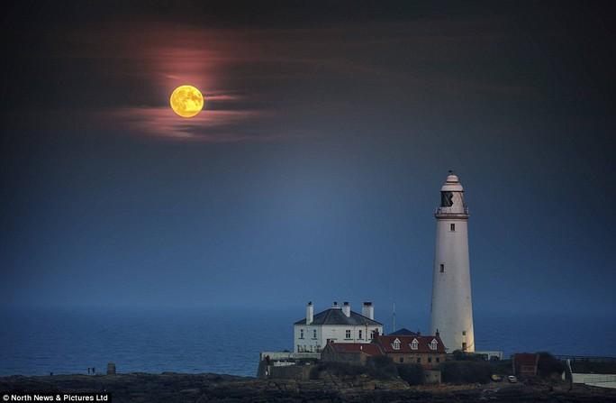 Siêu trăng xuất hiện trên Ngọn hải đăng ở Whitley Bay, North Tyneside, Anh